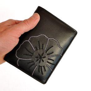 Branco, 22369 - Schicke Geldbörse bzw. schickes Portemonnaie aus Leder für Damen in schwarz, Frontansicht in Hand gehalten - 02