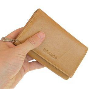 Branco, 265 - Mittelgroße Geldbörse bzw. mittelgroßes Portemonnaie für Damen aus Leder in beige, Frontansicht, von Hand gehalten - 01