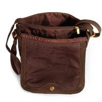 Hamosons Büffelleder 577 - Braune Damen Handtasche bzw. Umhängetasche, Aufsicht, Tasche geöffnet mit Fokus auf Überschlag - 04