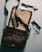 Hamosons, geöltes Leder 577 - Kastanien-Braune Damen Handtasche bzw. Umhängetasche, geöffnete Tasche auf Tisch liegend mit verstreutem Inhalt - 08