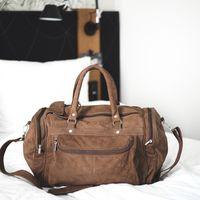 Hamosons, 696 - Mittelgroße, braune Reisetasche aus Leder, Modell 696, Tasche steht auf Bett- 05