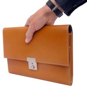 Jahn-Tasche, 1021 - Cognacbraune A5 Dokumentenmappe bzw. Dokumentenasche, Seitenansicht, Tasche in Hand gehalten - 01