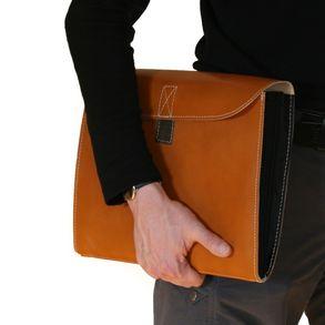 Jahn-Tasche, 1040 - Cognacbraune Dokumentenmappe bzw. Dokumententasche, Seitenansicht, unter Arm getragen - 02