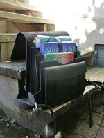 Jahn-Tasche, 670 - Großer, schwarzer Lederrucksack bzw. Lehrerrucksack, Geöffneter Rucksack steht auf Haustreppe außen - 05
