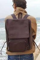 Jahn-Tasche 711 - Großer, brauner Lederrucksack bzw. Laptop Rucksack, Mann steht am Meer und trägt Rucksack auf Rücken - 10
