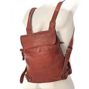 Harolds 223702 - Kleiner, rostfarbener Lederrucksack bzw. Rucksackhandtasche, Frontalsicht, von Figur aufgesetzt - 01