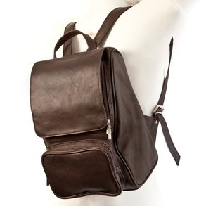 Jahn-Tasche, 710 - Mittelgroßer, Brauner Lederrucksack bzw. Laptop Rucksack, Seitenansicht, von Figur auf dem Rücken getragen - 01