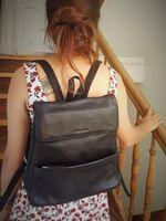 Harolds 445125 - Mittelgroßer, schwarzer Lederrucksack bzw. Rucksackhandtasche, Frau hat Rucksack auf dem Rücken und steigt Holztreppe hoch - 06