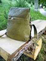 Harolds 223702 - Kleiner, khaki-brauner Lederrucksack bzw. Rucksackhandtasche, Rucksack steht auf einer Holzbank an einem Weg in der Natur  - 07