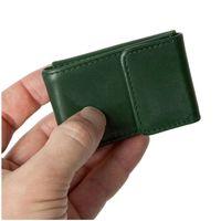Branco, 103 - Sehr kleine Geldbörse bzw. Mini-Portemonnaie in grün, Detailansicht Geldscheinfach geschlossen mit Hand - 04