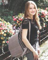 Jahn-Tasche, 670 - Großer, grauer Lederrucksack bzw. Lehrerrucksack, Seitenansicht, Rucksack von Frau in der Stadt über eine Schulter gehängt - 07