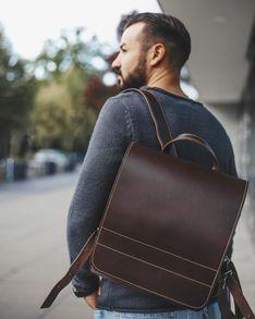 Jahn-Tasche, 668 - Mittelgroßer, brauner Lederrucksack bzw. Lehrerrucksack, Mann trägt Rucksack über eine Schulter, geht Straße entlang - 08