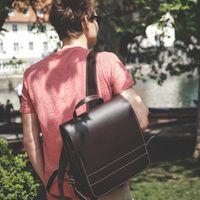 Jahn-Tasche, 668 - Mittelgroßer, brauner Lederrucksack bzw. Lehrerrucksack, Mann trägt Rucksack über eine Schulter, Fluss im Hintergrund - 06
