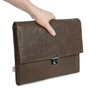 Jahn-Tasche, 1022-cw - Braune A4 Aktenmappe bzw. Dokumentenmappe, Schrägansicht, von Hand gehalten - 01