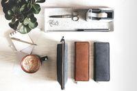 Jahn-Tasche, 010 - Exklusives Federmäppchen bzw. Schlampermäppchen aus Büffelleder in Schwarz, Mäppchen steht auf Tisch, daneben zwei Stifte-Etuis - 06