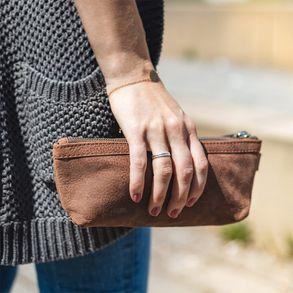 Jahn-Tasche, 010 - Exklusives Federmäppchen bzw. Schlampermäppchen aus Büffelleder in Braun, Frau hält Mäppchen in der Hand - 21