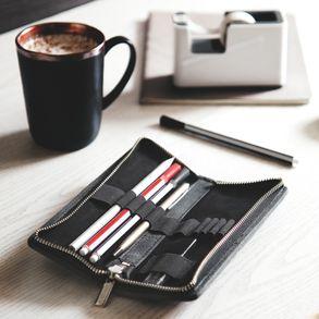 Jahn-Tasche, 012 - Exklusives Federmäppchen bzw. Lederetui aus Büffelleder in Schwarz, Etui mit Stiften liegt geöffnet auf Tisch neben Kaffee - 01