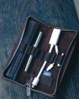 Jahn-Tasche, 012 - Exklusives Federmäppchen bzw. Lederetui aus Büffelleder in Braun, Mäppchen mit Inhalt liegt geöffnet auf Tisch - 11