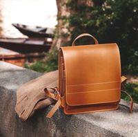 Jahn-Tasche, 668 - Mittelgroßer, cognac-brauner Lederrucksack bzw. Lehrerrucksack, Rucksack steht geschlossen auf Steinmäuerchen - 12