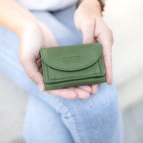 Branco, 31105 - Kleine Geldbörse bzw. Mini Portemonnaie in hellem Farn-Grün, Frau hält Mini-Börse im den offenen Handtellern - 04