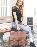 Jahn-Tasche, 422  – Robuste cognac-braune Aktentasche bzw. Lehrertasche, Frau sitzt mit der Tasche draußen auf einer Bank - 21