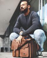 Jahn-Tasche, 422  – Robuste cognac-braune Aktentasche bzw. Lehrertasche, Mann hockt mit Tasche draußen vor Fenster - 22