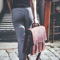 Jahn-Tasche, 422  – Robuste rost-rote Aktentasche bzw. Lehrertasche, Frau von hinten, trägt Tasche am Griff - 16