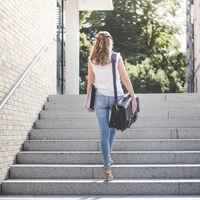 Jahn-Tasche, 422  – Robuste blau-schwarze Aktentasche bzw. Lehrertasche, Frau trägt Tasche über Schulter gehängt und geht Treppe nach oben - 20