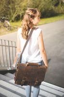 Jahn-Tasche, 422  – Robuste braune Aktentasche bzw. Lehrertasche, Frau trägt Tasche über Schulter und geht Treppe eines Gebäudes runter - 18