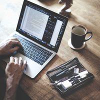 Jahn-Tasche, 012 - Kleines Federmäppchen bzw. Exklusives Stifte-Etui aus Büffelleder in Braun, Aufsicht geöffnet auf Schreibtisch liegend neben jemanden der am Laptop arbeitet - 06