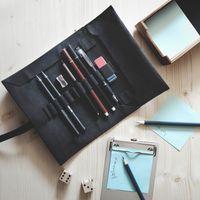 Jahn-Tasche, 015 - Stifterolle aus Büffelleder in Schwarz, Aufsicht geöffnet mit Schreibutensilien auf Schreibtisch liegend - 14