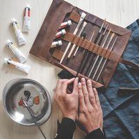 Jahn-Tasche, 015 - Exklusive Stifte-Rolle bzw. Roll-Up-Mäppchen aus Büffelleder in Cogac-Braun, Mäppchen mit Malutensilien liegt geöffnet auf Tisch - 11
