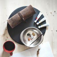 Jahn-Tasche, 015 - Exklusive Stifte-Rolle bzw. Roll-Up-Mäppchen aus Büffelleder in Cognac-Braun, Auf Tisch liegend, Aufsicht geschlossen mit Mal-Utensilien daneben - 05
