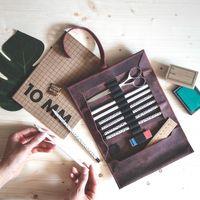 Jahn-Tasche, 015 - Exklusive Stifte-Rolle bzw. Roll-Up-Mäppchen aus Büffelleder in Rost-Rot, Auf Tisch liegend, Aufsicht geöffnet mit Schreibutensilien - 05