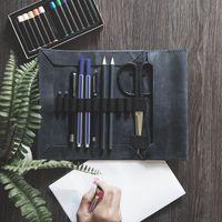 Jahn-Tasche, 015 - Exklusive Stifte-Rolle bzw. Roll-Up-Mäppchen aus Büffelleder in Blau-Schwarz, Mäppchen mit Inhalt liegt geöffnet auf Tisch - 05