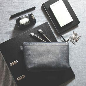 Jahn-Tasche, 008 -  Praktische Pouch bzw. Leder-Täschchen aus Büffelleder in Blau-Schwarz, Pouch liegt auf Tisch mit daneben liegenden Schreibutensilien - 05