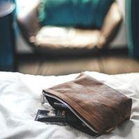 Jahn-Tasche, 014 - Pouch / Ledertäschchen aus Büffelleder in Braun, Mäppchen liegt geöffnet auf Bett, Inhalt Kosmetika - 06