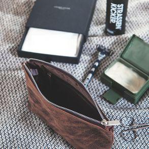 Jahn-Tasche, 008 -  Praktische Pouch bzw. Leder-Täschchen aus Büffelleder in Braun, Aufsicht stehend mit Kosmetik-Artikeln - 05