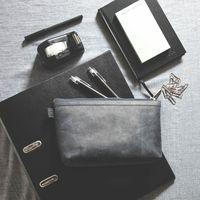 Jahn-Tasche, 008 -  Praktische Pouch bzw. Leder-Täschchen aus Büffelleder in Blau-Schwarz, Pouch liegt auf Tisch mit daneben liegenden Schreibutensilien - 09