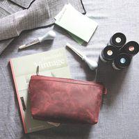 Jahn-Tasche, 014 - Pouch / Ledertäschchen aus Büffelleder in Rost-Rot, Mäppchen liegt geöffnet auf Tisch, daneben Malutensilien - 08