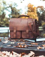 Jahn-Tasche, 420-n  – Robuste braune Aktentasche bzw. Lehrertasche, Tasche steht in einem herbstlichen Park auf Holztisch - 08