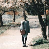 Hamosons Nappaleder 577 - Kastenienbraune Damen Handtasche bzw. Umhängetasche, Frau trägt Tasche über Schulter durch herbstlichen Park - 06