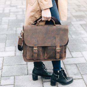 Jahn-Tasche, 410 – Kompakte braune Aktentasche bzw. Businesstasche, Frau trägt Tasche am Tragegriff um geht über einen Platz - 08