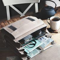 Jahn-Tasche, 668 - Mittelgroßer, beige-grauer Lederrucksack bzw. Lehrerrucksack, Rucksack liegt geöffnet auf Tisch, daneben Teekanne und Teetasse ein - 09