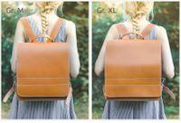 Jahn-Tasche, 670 - Großer, cognac-brauner Lederrucksack bzw. Lehrerrucksack, Rückansicht, Frau trägt Rucksack auf Rücken, Größenvergleich M und XL - 10